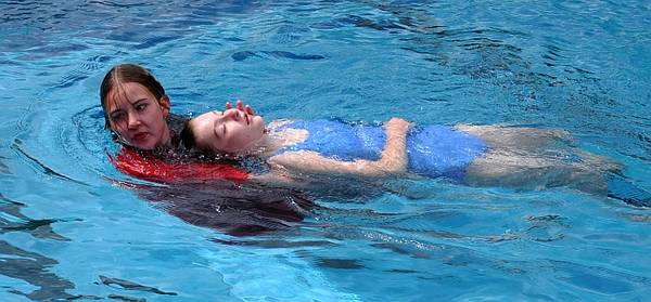 Boğulmalarda Kazazede yatay konumda sudan çıkarılmalıdır.